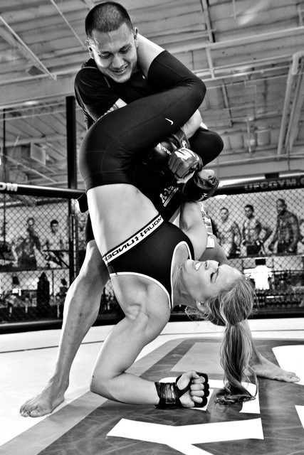 3-Ronda Rousey BlackWhite Armbar fitness training and sparring