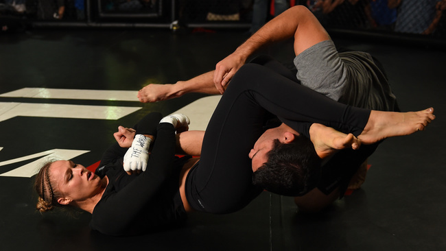 12-Ronda Rousey Armbar on Mat fitness training and sparring